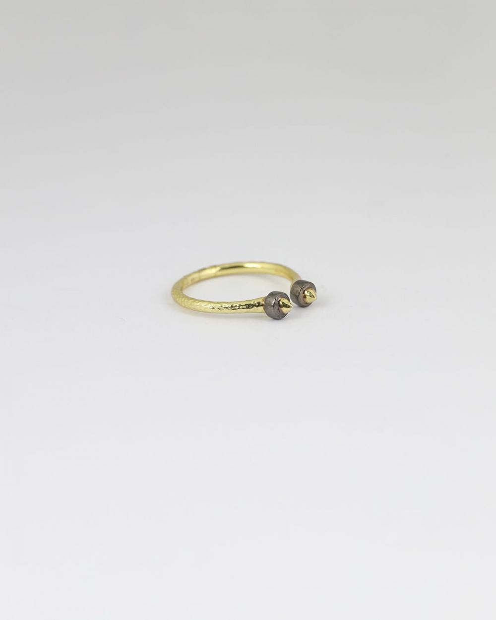 anello piercing martellato oro giallo